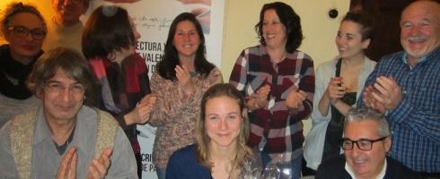 Compañeros y colaboradores de los talleres de escritura de LIBRO, VUELA LIBRE en Valencia celebrando el triunfo de Sofía en estos torneos
