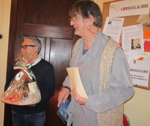 Imagen del periodista y escritor Jimmy Entraigües y de Vicente Hercules Code antes de la entrega de premios