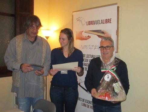 Sofía Ramos Antón recibiendo sus premios y su certificado en los talleres de escritura creativa en Valencia de LIBRO, VUELA LIBRE