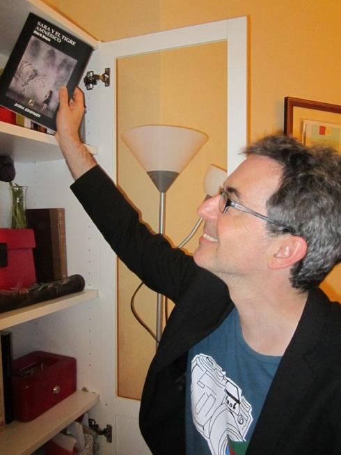 El escritor Álex R. Bruce depositando un ejemplar de su novela en la biblioteca de nuestro taller de escritura en Valencia