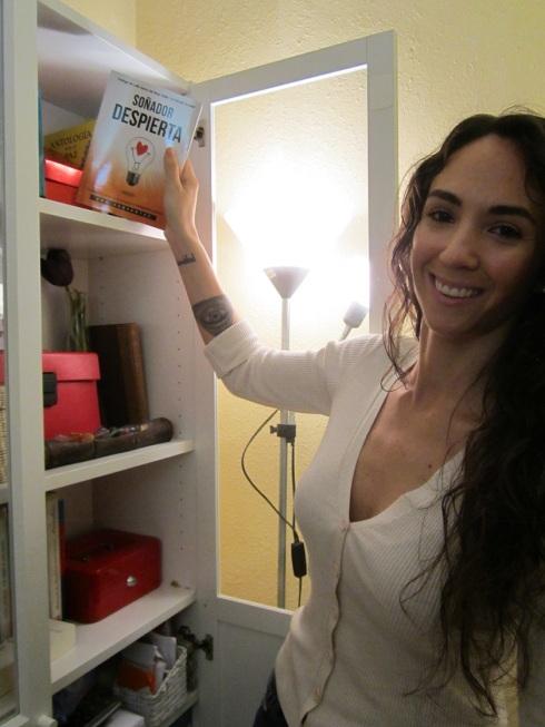 Ana Cervantes en la biblioteca de talentos de los talleres literarios de LIBRO, VUELA LIBRE en Valencia