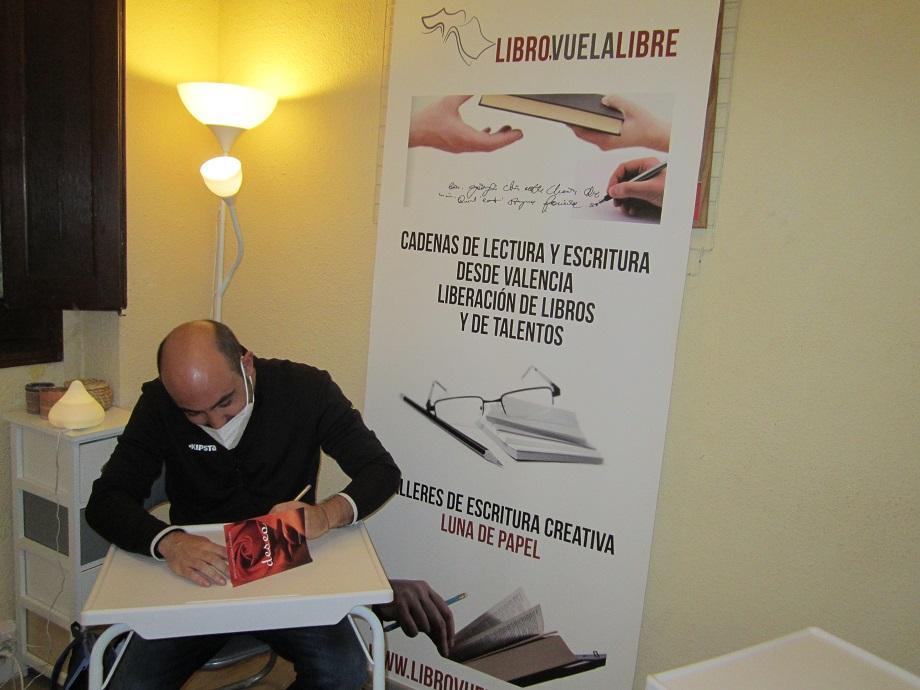 """Sergio Vilanova Maturana firmando uno de los ejemplares de su poemario """"Deseo"""" en el taller de escritura online y presencial de LIBRO VUELA LIBRE en Valencia"""